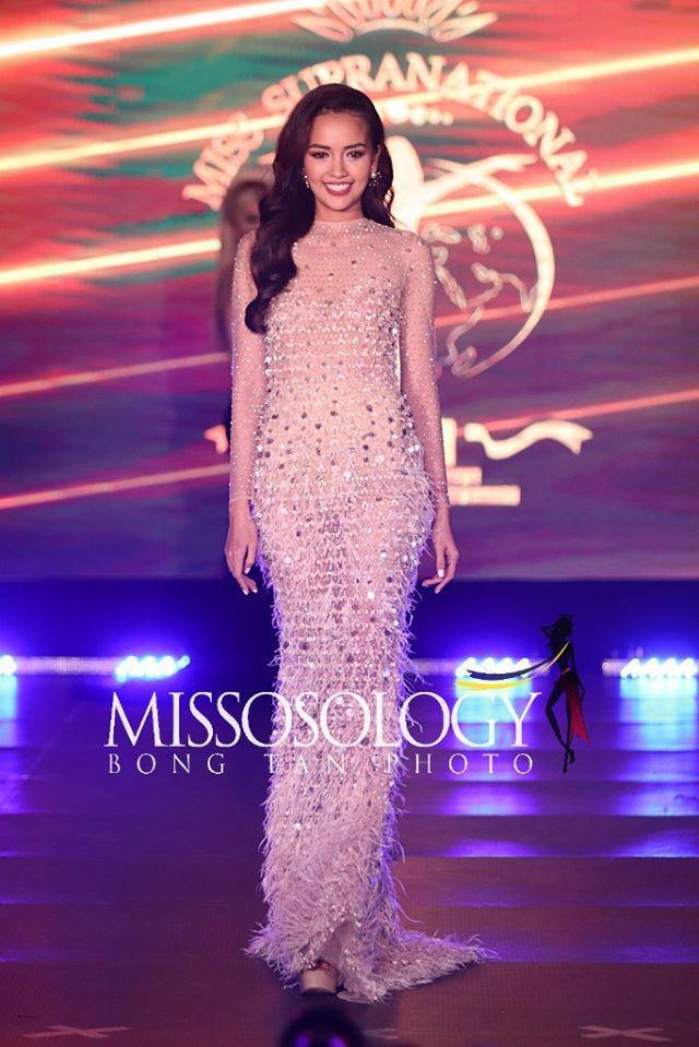 Ngọc Châu chọn đầm dạ hội đính kết lông vũ của nhà thiết kế Chung Thanh Phong. Thiết kế giúp người đẹp khoe hình thể nóng bỏng, gợi cảm.
