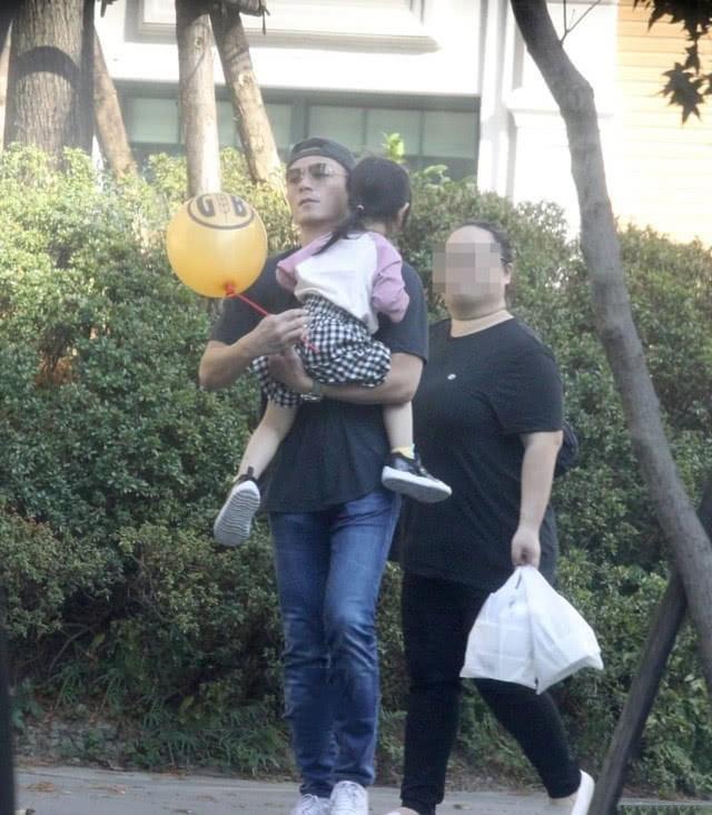 Được biết đây là lần thứ ba con gái của cặp đôi bị truyền thông bắt gặp