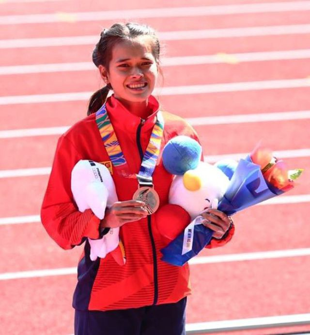 Hồng Lệ đã thi đấu với tinh thần kiên cường để giành huy chương đồng nội dung marathon với quãng đường dài 42 km trong thời tiết khắc nghiệt.