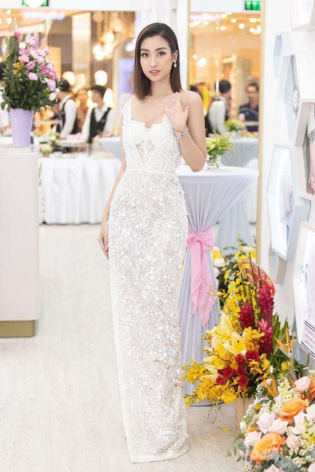 Nếu Khánh Vân mang lại dáng vẻ nữ hoàng với mái tóc xoăn thì cựu Hoa hậu Việt Nam thanh thoát hơn với mái tóc thẳng chấm ngang vai.