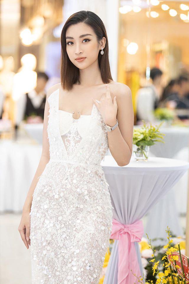 Cũng từng là người diện thiết kế này ở sự kiện, Hoa hậu Việt Nam 2016 Đỗ Mỹ Linh khoe vóc dáng mượt mà, sang trọng.