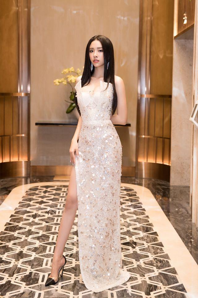 Bộ cánh cũng từng được Á hậu Thúy An xúng xính ăn diện. Nếu Tân Hoa hậu chọn giày trắng cùng tông thì ngược lại Á hậu Thúy An mang đôi giày đen.
