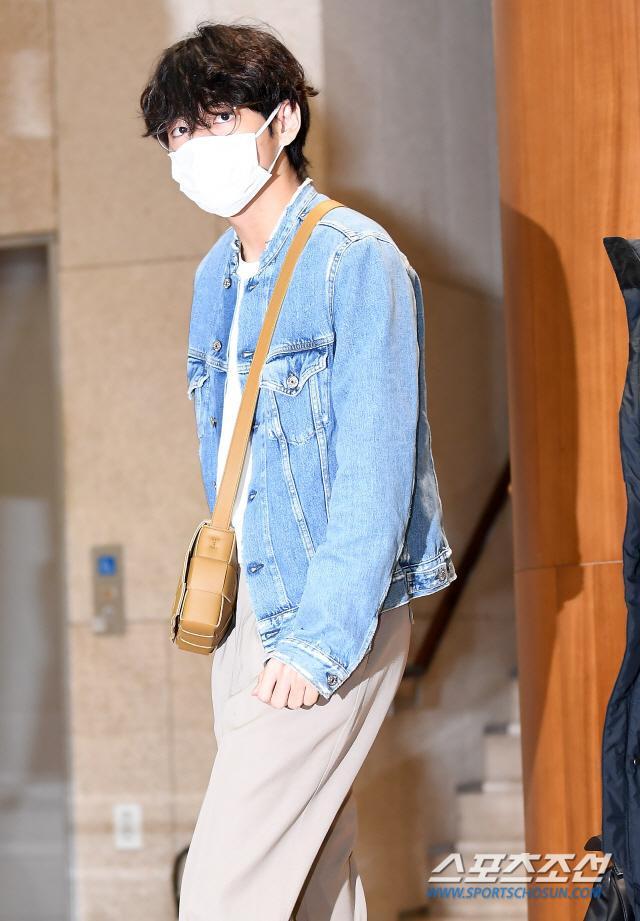 Dàn mỹ nam BTS, EXO, NUEST cùng Winner đổ bộ sân bay ảnh 15