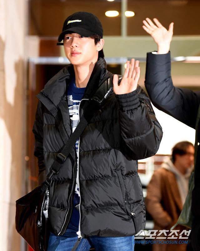 Dàn mỹ nam BTS, EXO, NUEST cùng Winner đổ bộ sân bay ảnh 1
