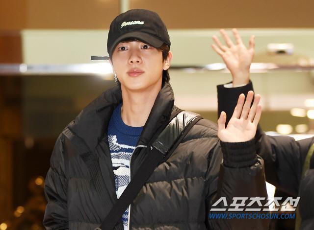 Dàn mỹ nam BTS, EXO, NUEST cùng Winner đổ bộ sân bay ảnh 2