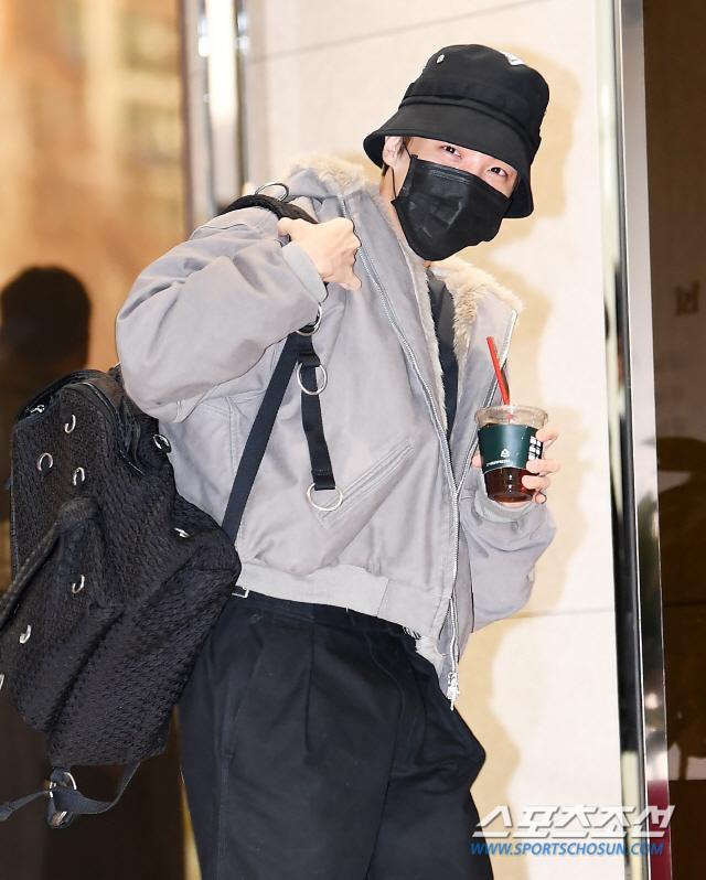 Dàn mỹ nam BTS, EXO, NUEST cùng Winner đổ bộ sân bay ảnh 12