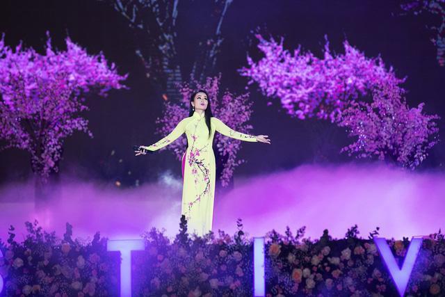Mặc cho sức khỏe yếu và nhiệt độ xuống thấp của Đà Lạt nhưng Cẩm Ly vẫn đem đến cho khán giả Festival Hoa Đà Lạt một tiết mục được đầu tư kỹ lưỡng