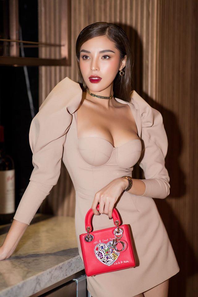 """Từ ngày """"sắm"""" được quả núi đôi đồ sộ, người đẹp Nam Định mải miết phô diễn ở sự kiện."""