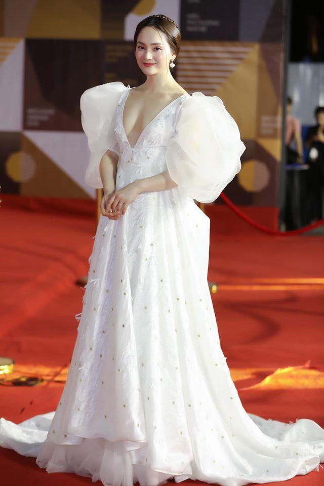 Phần tay áo bồng bềnh, tùng váy xòe tha thướt nahnh chóng mang đến vẻ ngoài kiều diễm cho nữ diễn viên.