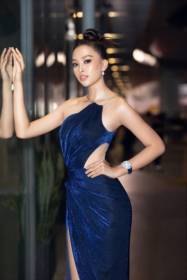 Chiếc váy xanh nhung cùng đường cắt khoét eo táo bạo mang đến sức hút thú vị cho Tiểu Vy.