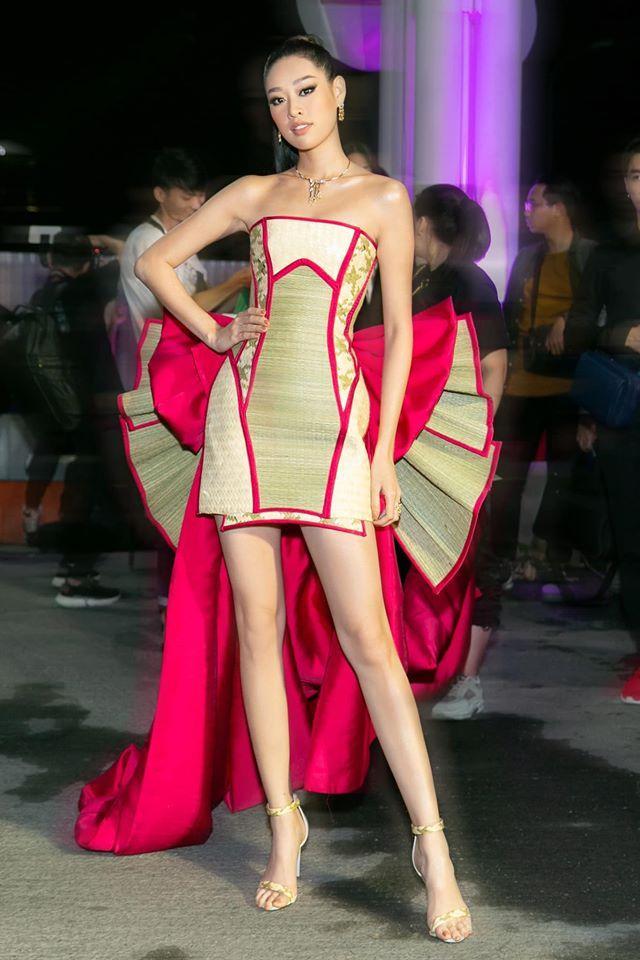 Đương kim Hoa hậu Hoàn vũ Việt Nam – Khánh Vân ghi điểm cùng chiếc váy được tạo thành từ chất liệu chiếu cói, cực kỳ độc đáo, ý nghĩa.