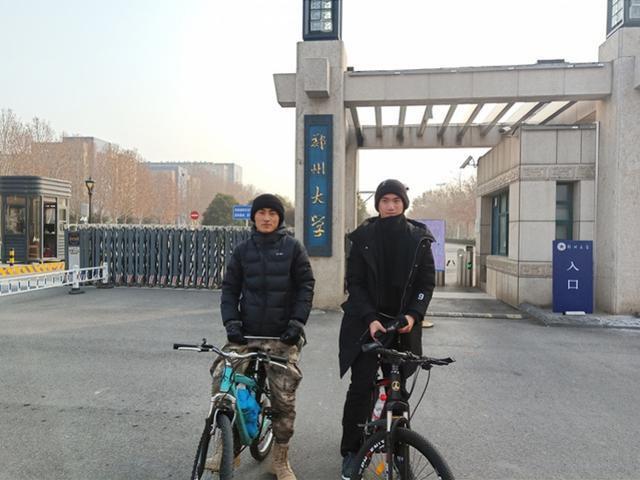 Triệu Hoa và Mặc Khôn đã vượt quãng đường dài hơn 440km để về quê đón Tết.