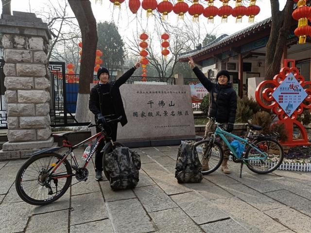 Sau 4 ngày đạp xe, cả hai đã có mặt ở quê nhà.