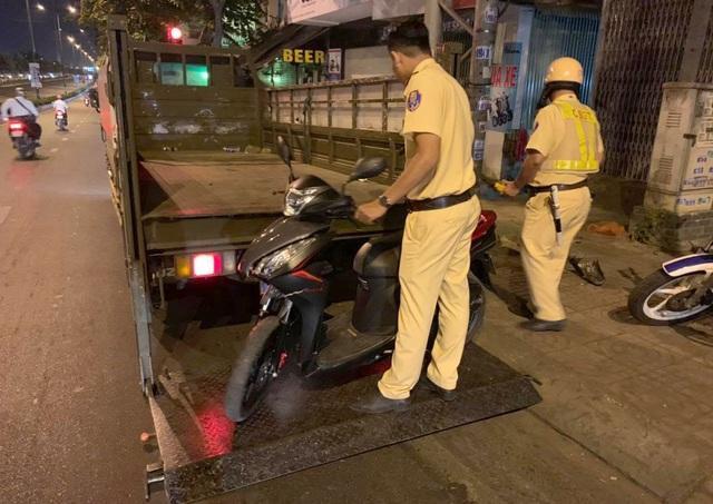 Cảnh sát hỗ trợ nạn nhân đưa xe máy về phòng trọ.