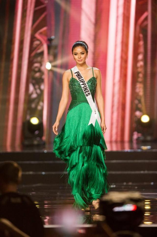 2. Maxine Medina đại diện nước chủ nhà Philippines ở kỳ Miss Universe 2016 trong thiết kế tua rua màu xanh ảo diệu.