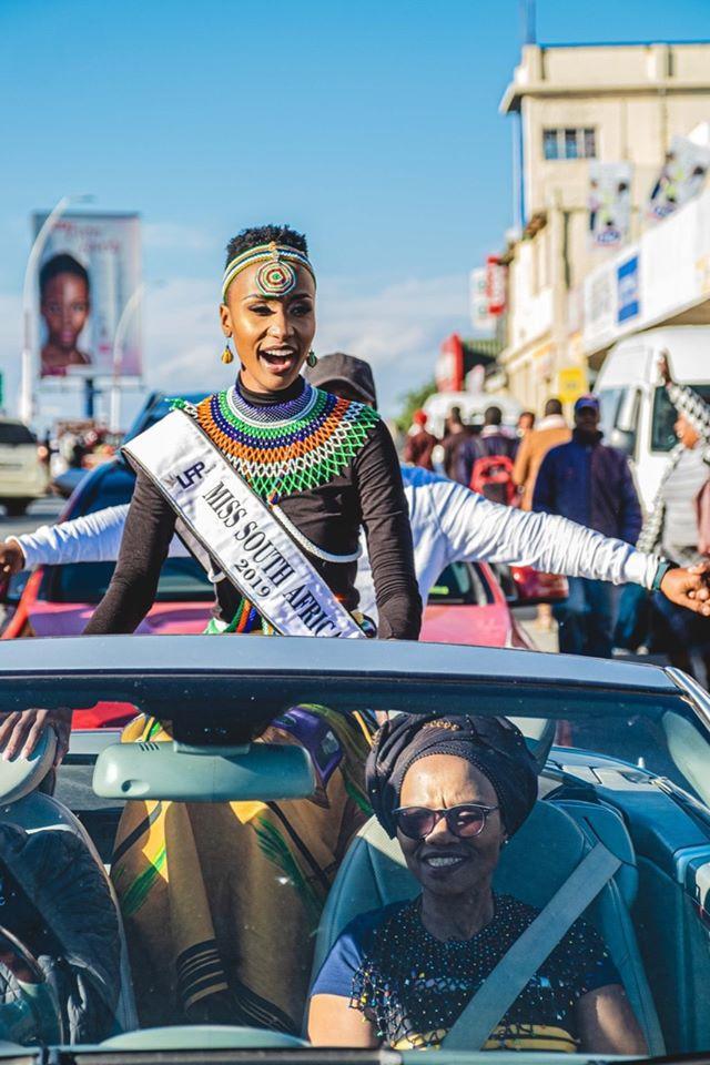 Tương tự trước đó trong lễ diễu hành trên đường phố tỉnhCape (quê hương củaZozibini Tunzi) khi đăng quang Hoa hậu Nam Phi, cô cũng diện trangp phục của dân tộc mình.