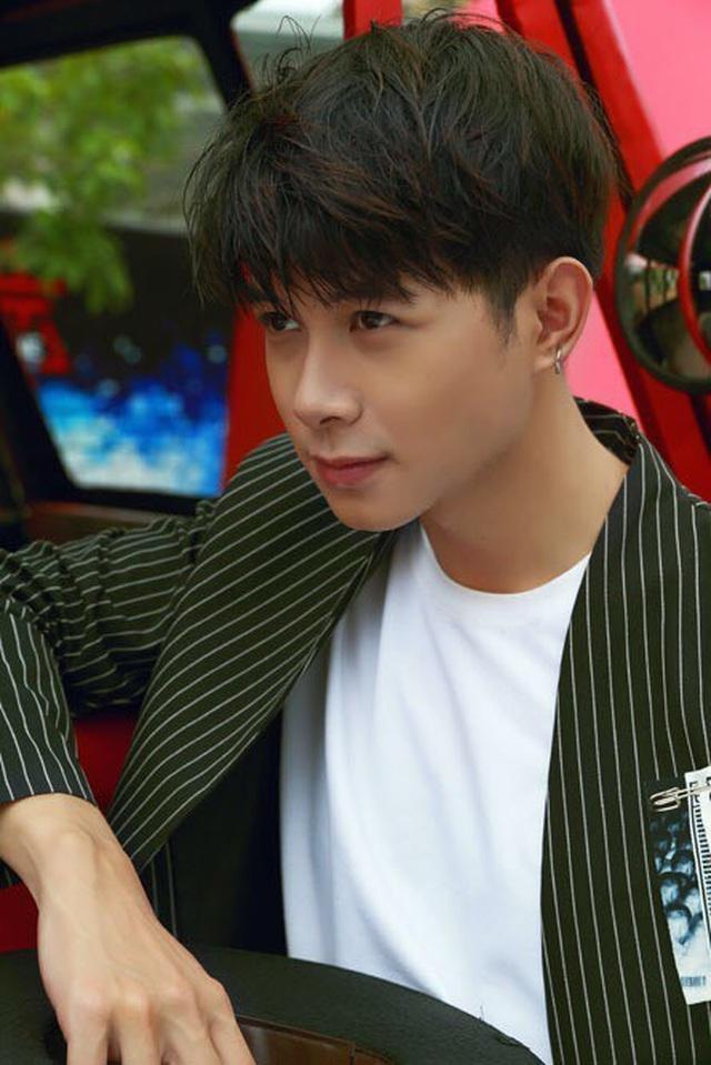 Gương mặt Anh Tú có nét ngây ngô khá giống với Choi Woo Sik.