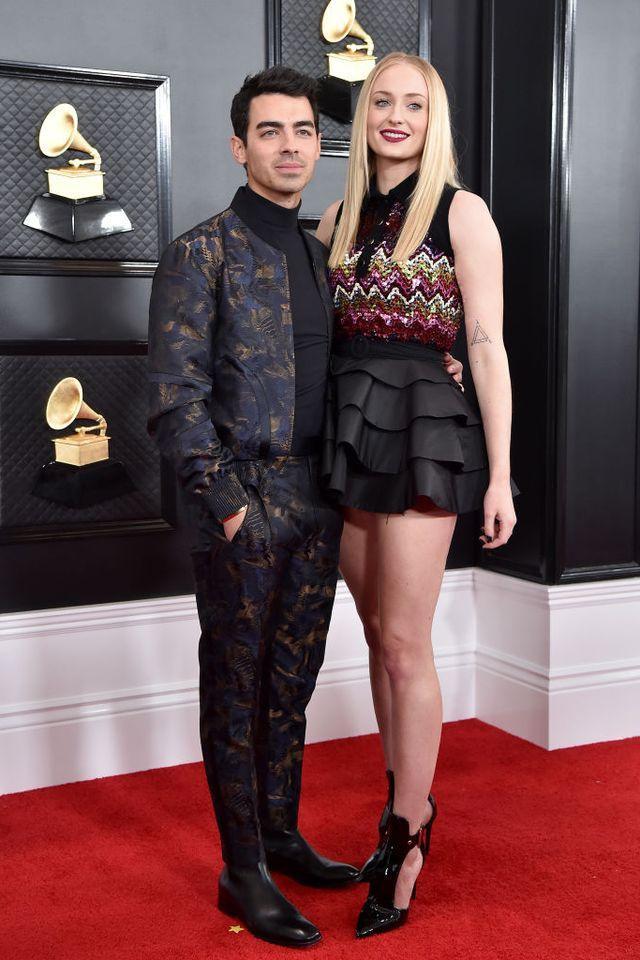 Chân váy nhiều tầng không hề giống các kiểu váy tôn dáng Sophie Tuner hay mặc.