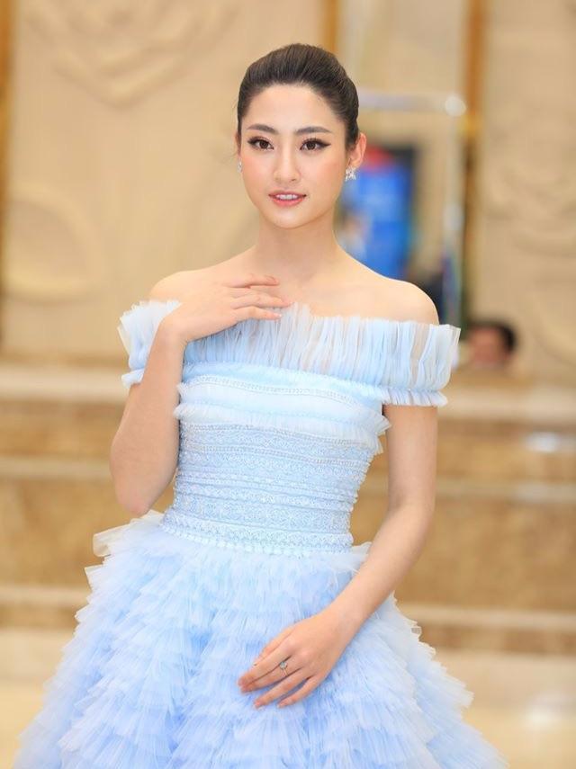 Bờ vai trần mong manh được khoe khéo trong mẫu váy điệu đà tạo nên ấn tượng vừa nữ tính dịu dàng lại quyến rũ gợi cảm.