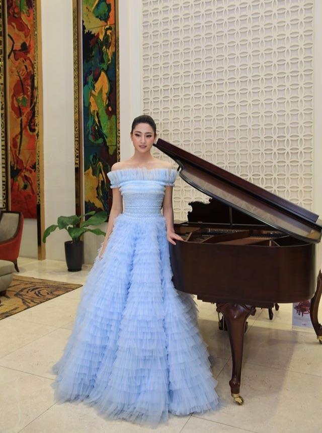 Lương Thùy Linh chọn diện sáng tạo của NTK Lê Thanh Hòa. Mẫu váy được thiết kế xếp tầng, trễ vai màu xanh pastel tôn lên nước da trắng sáng, nhan sắc ngọt ngào không tỳ vết của top 12 Miss World.