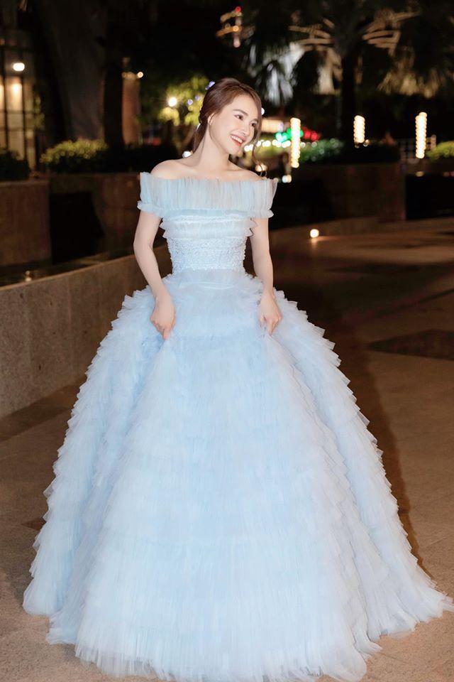 Nếu tinh ý bạn sẽ nhận ra mẫu váy này cũng từng được nữ diễn viên Nhã Phương diện trong sự kiệnLễ khai mạc Liên hoan Phim Việt Nam lần thứ 21.