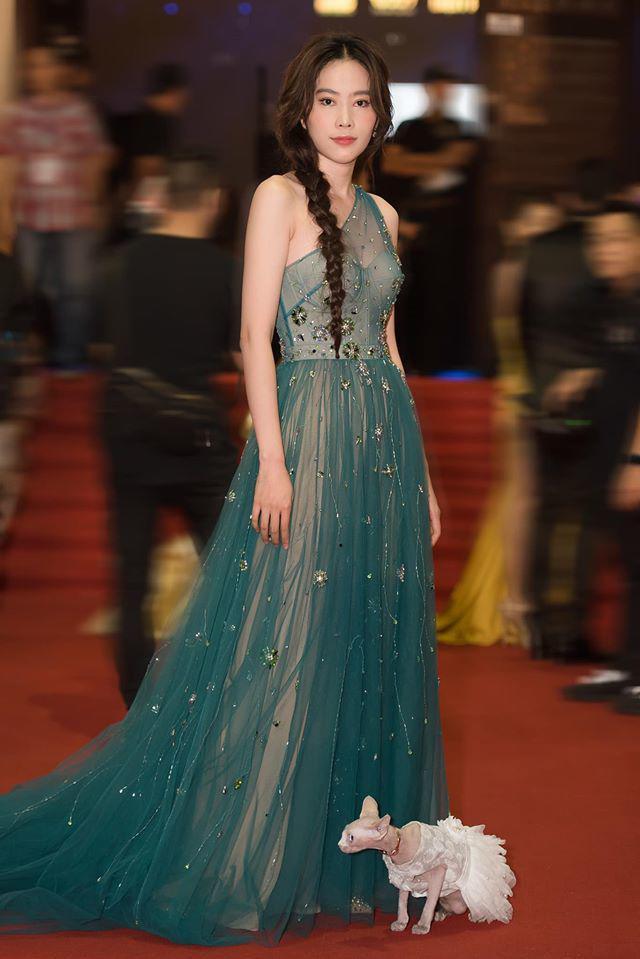 Trái ngược với phong cách mạnh mẽ của Tăng Thanh Hà, Nam Em ưa chuộng sự lộng lẫy của những chiếc váy dạ hội khi xuất hiện cùng thú cưng.
