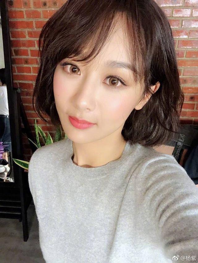 Dương Tử selfie nhưng gây chú ý vì bộ móng tay loang lổ của mình? ảnh 1
