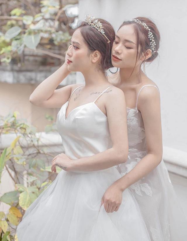 Thậm chí, vì quá thân thiết, một số fan nghi ngờ bạn gái tin đồn của Quang Hải có mối quan hệ yêu đương… đồng giới với cô bạn thân Minh Trà. (Ảnh FBNV)