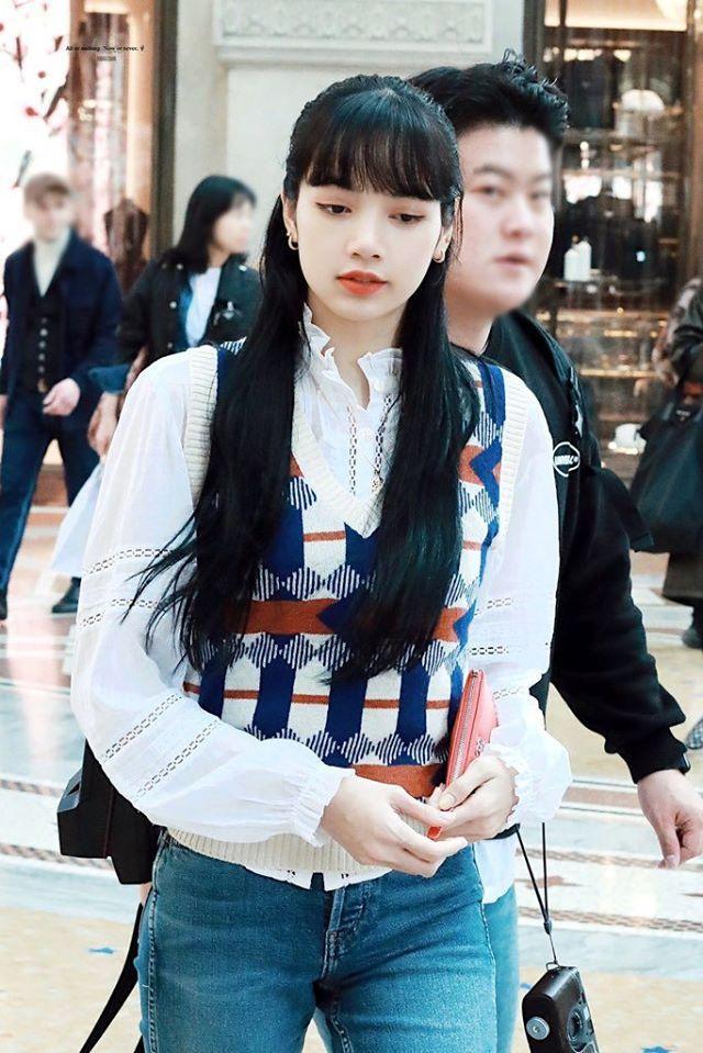 Búp bê Thái Lan chọn cho mình kiểu áo sơ mi ren mix cùng áo len cộc tay ca-rô nữ tính cùng mái tóc đen buông xõa