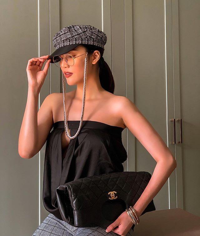 """Nửa kín nửa hở với áo khoét vòng một với dáng túi Chanel cầm tay giá """"sơ sịa"""" tầm 100 triệu đồng"""