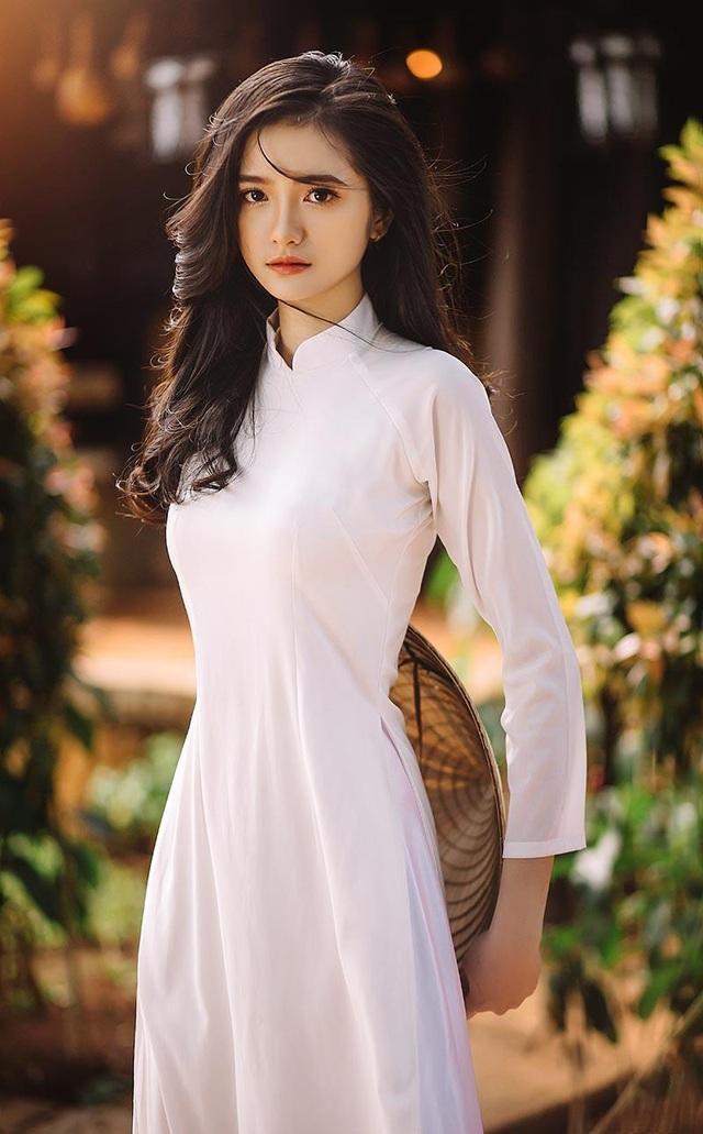 Dương Thị Thành sinh năm 1996, đến từ Đắk Lắk là một trong những gương mặt nhận được sự quan tâm từ phía cư dân mạng bởi nhan sắc khả ái, trong trẻo như nàng thơ.Nữ sinh chia sẻ rất bất ngờ khi bộ ảnh áo dài vừa đăng tải lại nhận được nhiều cảm tình từ cộng đồng mạng như vậy.