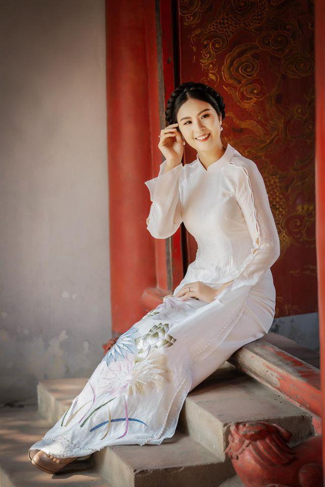 Trước đó, Ngọc Hân từng bật mí cô sẽ tự may áo dài cưới cho chính mình.
