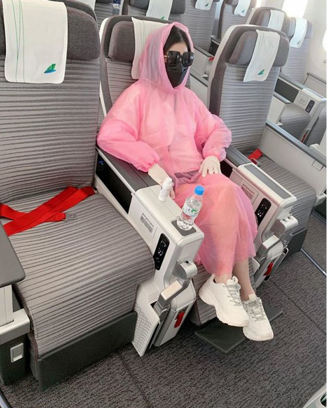 Ngoài ra, Quế Vân, vợ cũ của diễn viên Việt Anh,… dù ngồi khoang thương gia trên máy bay vẫn sử dụng áo mưađể che chắn nhằm đảm bảo an toàn giữa dịch bệnh Covid-19.