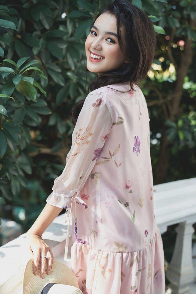 """""""Mình có bà nội là người Trung Quốc, ông nội là người lai Thái Lan – Việt Nam"""" – Thiên Trang vui vẻ giải thích về vẻ đẹp khá lạ của mình. Trên gương mặt của nữ sinh 10X, điểm nổi bật nhất là đôi lông mày đậm và sắc nét. Cũng chính vì thế mà nhiều người nhận ra cô nàng có nét giống với con gái Thái Lan."""