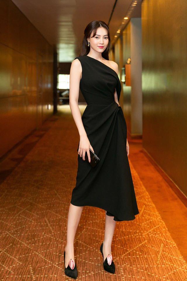 Tham dự một sự kiện mới đây, người đẹp nhanh chóng thu hút sự chú ý khi chọn cho mình chiếc váy đen xếp nếp, có phần vai trễ của NTK Lê Thanh Hòa. Cô khéo léo kéo sự chú ý vào đôi giày ấn tượng.