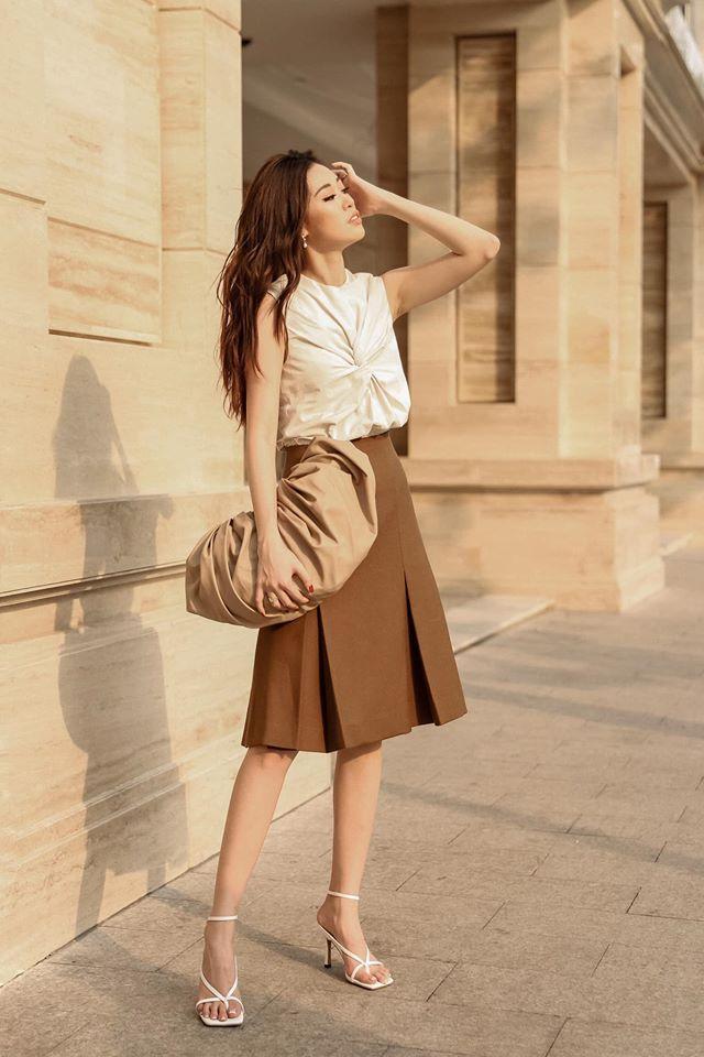 Khánh Vân mix nền nã thiết kế túi cầm tay này cùng bộ trang phục đậm vintage, nữ tính của mình