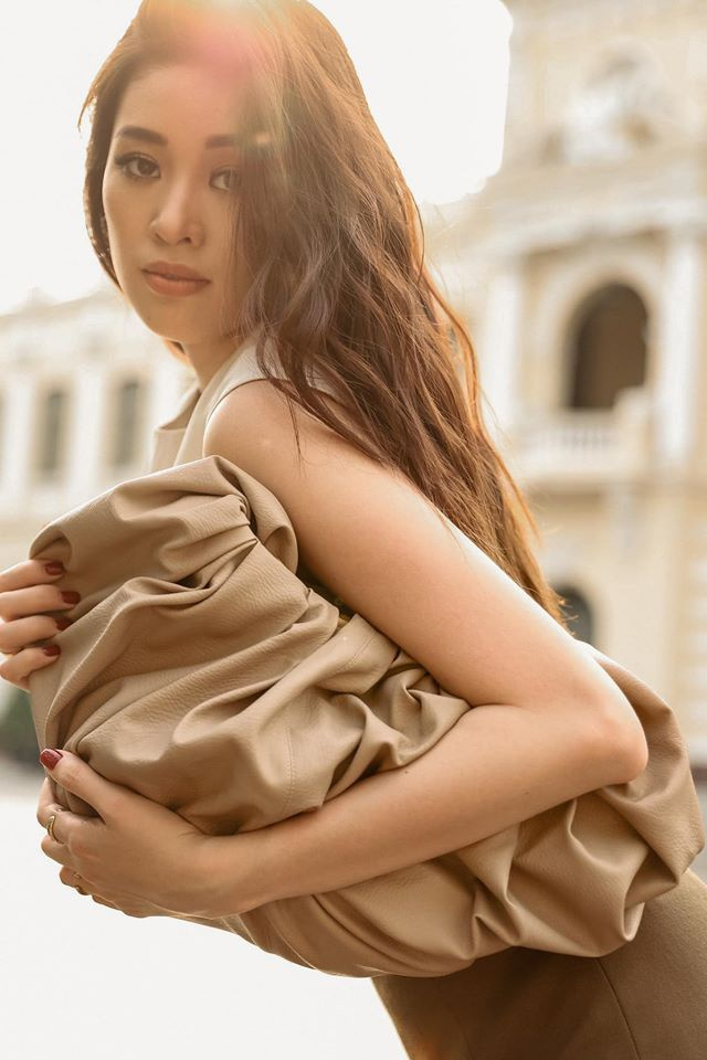Hoa hậu Khánh Vân trong hình ảnh chụp streetstyle sành điệu khi xách kèm kiểu túi dây rút size khổng lồ màu be