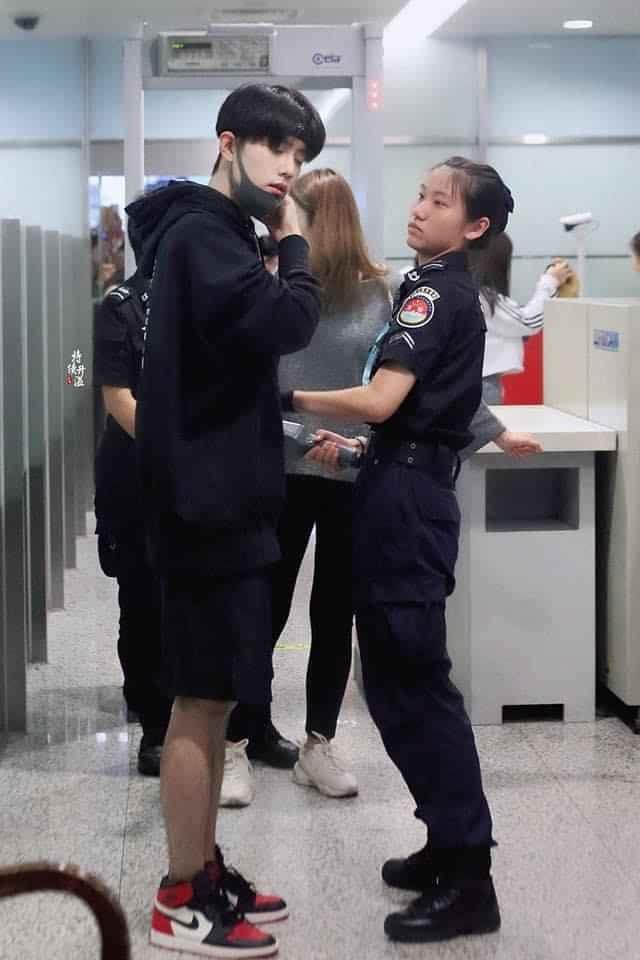Nữ nhân viên đứng hình khi thấy chân dung nam thần bỏ khẩu trang để kiểm tra an ninh ảnh 2