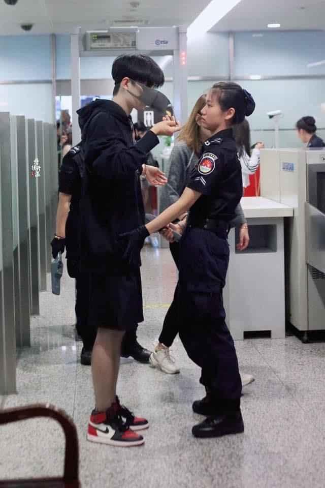 Nữ nhân viên đứng hình khi thấy chân dung nam thần bỏ khẩu trang để kiểm tra an ninh ảnh 0