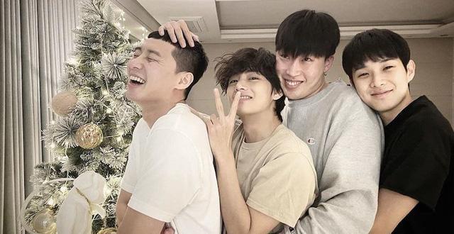 V (BTS) chụp ảnh chung với đoàn phim Itaewon Class trong buổi ghi hình cuối cùng ảnh 7