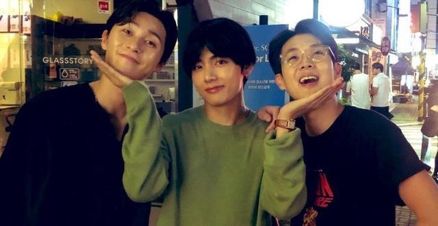 V (BTS) chụp ảnh chung với đoàn phim Itaewon Class trong buổi ghi hình cuối cùng ảnh 8