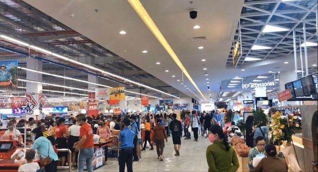 Sự kiện khai trương siêu thị ở Quảng Ngãi thu hút hàng trăm người đến mua sắm. Ảnh: Tổ Quốc