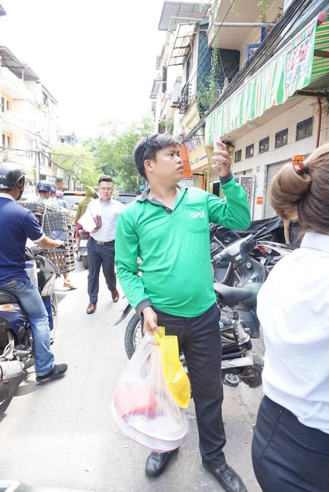 Sau khi mua được bánh, anh Hùng vội vã chụp lại ảnh người dân đứng xếp hàng.