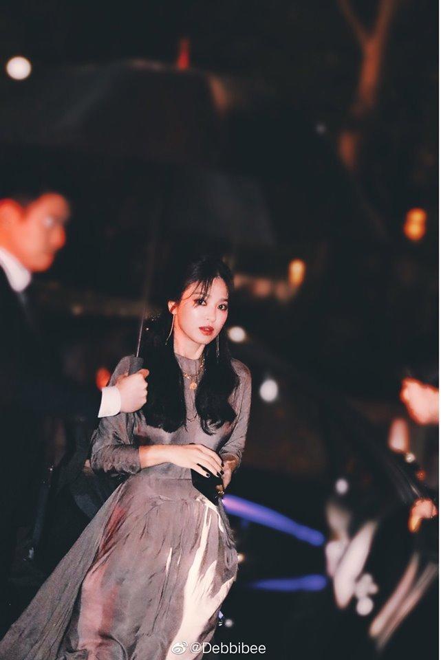 Chỉ chụp lướt qua thôi mà nhan sắc của nàng Song không thể chê vào đâu được. Cô chọn cho mình một chiếc váy tông màu xám kín đáo