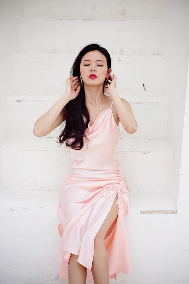 """Những tưởng chiếc váy khiến Midu """"mê mệt"""" sẽ vô cùng đặc biệt thế nhưng nó hoàn toàn đơn giản. Kiểu váy hai dây trên nền chất liệu lụa được nhấn nhá bằng chi tiết nút thắt kết hợp xẻ lườn vừa phải hóa ra chính là kiểu Midu ưa thích."""