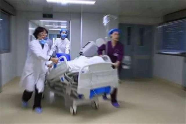Tiểu Vân liên tục bị chồng và mẹ chồng chì chiết vì sinh toàn con gái nên trong lúc túng quẫn, cô đã dùng kéo đâm vào bụng.