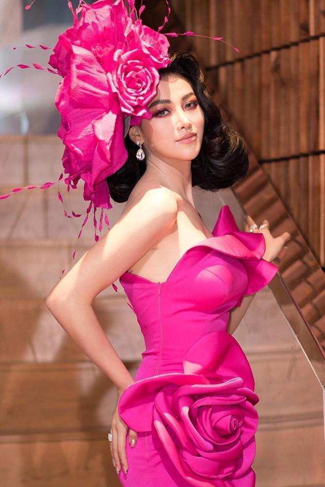 Không chỉ diện chiếc váy tạo phom hoa hồng, cô nàng còn đầu tư cả một đóa hoa trên tóc, đúng nghĩa rực rỡ, nổi bật.