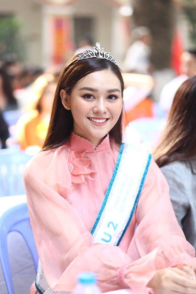 Sáng nay (5/9), Áhậu2 của Miss World Vietnam 2019 tham dự lễ khai giảng năm học mới cùng cô trò ngôi trường cấp 3 nơi Tường San từng theo học. Cô xuất hiện rạng ngời trong bộ áo dài cách tân màu hồng phấn.