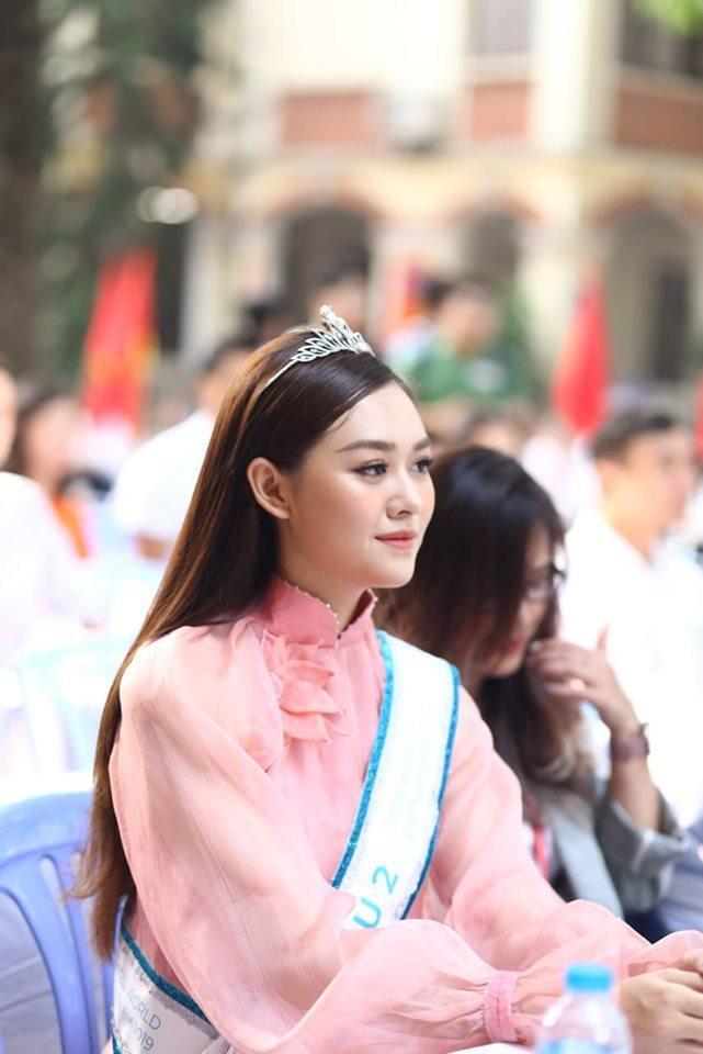 """Tường San chia sẻ rất vui khi có cơ hội trở lại trường cũ để tham gia lễ khai giảng và cảm ơn mọi người đã ủng hộ trong suốt thời gian tôi tham gia cuộc thi Miss World Vietnam. """"Tôi chúc các bạn sẽ có một năm học đạt thành tích tốt.Cũng giống các em học sinh bây giờ, ngày xưa khi ngồi ở dưới và chứng kiến các anh chị đi trước đã thành đạt trở lại trường, tôi cảm thấy rất ngưỡng mộ. Tôi òa lên và tự hỏi sao mọi người có thể giỏi như vậy. Tôi cũng hi vọng một ngày được trở lại trường và có những lời phát biểu tới các em khóa dưới"""", Tường San chia sẻ trước các thầy cô và hàng trăm học sinh trường THPT Phan Đình Phùng."""