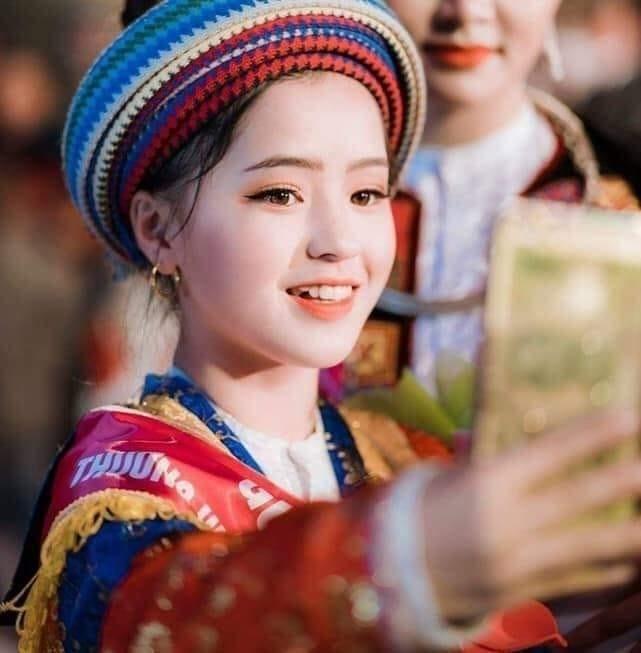 Sau hơn 1 năm nổi tiếng, cô bé bán lê ở Hà Giang càng ngày càng xinh đẹp, đáng yêu ảnh 8